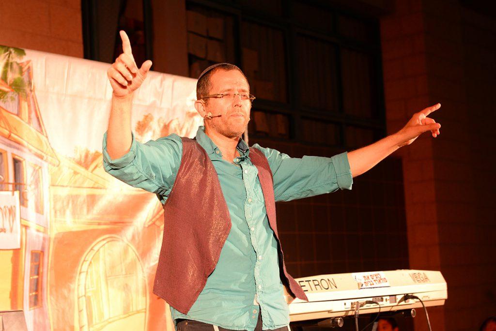 טוביה-בהופעה-נודדת-על-הבמה
